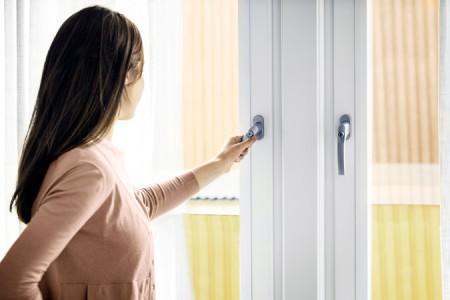 PVC fönster öppnas av flicka