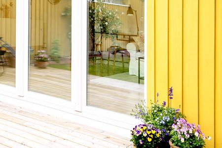 PVC skjutparti gult trähus