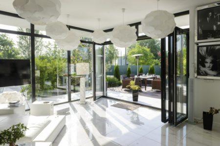 aluminiumfönster i glasvägg