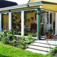 Grönskande uterum med stora fönsterytor