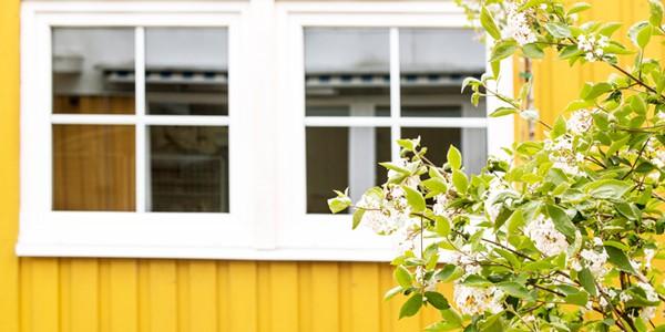 gult trähus pvc fönster