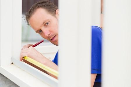 Byta fönster - montör mäter