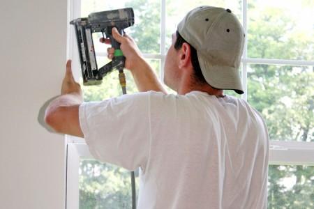 Snickare monterar fönstersmyg med spikpistol